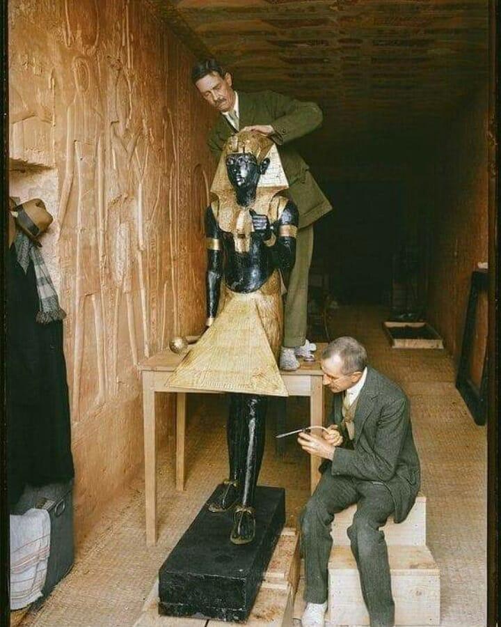 Цветная фотография Говарда Картера и статуи царя Тутанхамона