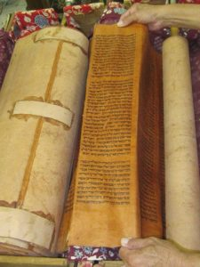 200-летний свиток Торы на пергаменте