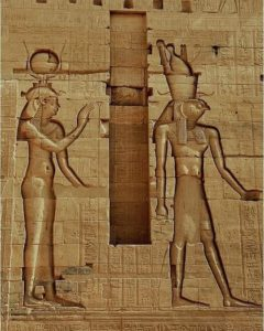Рельеф, изображающий богиню Хатхор и Гора