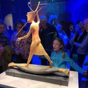 Прекрасная девочка и статуэтка в музее