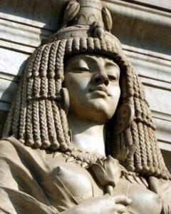 Статуя Клеопатры над входом в Египетский музей в Каире
