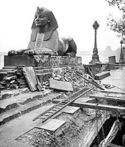 Сфинкс Клеопатры в Лондоне во время Первой мировой войны после бомбардировки, 1917 год