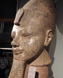 Голова колоссальной статуи Аменхотепа III, Луксорский музей