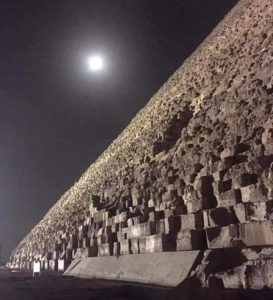 Пирамида и луна