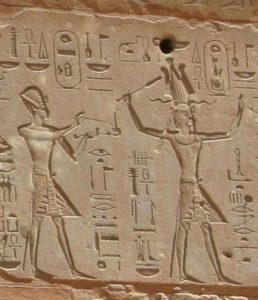 Резьба Тутмоса III (слева) и Хатшепсут (справа)