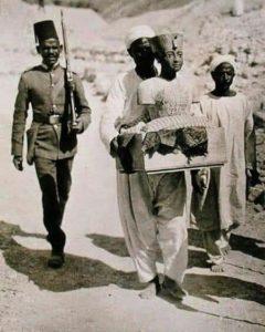 Тутанхамона перевозят из его гробницы в Долине Царей в 1922 году,