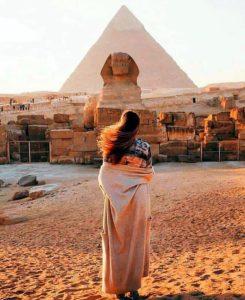 Пирамида, Сфинкс и девушка
