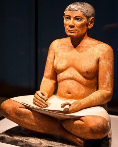 статуя сидящего писца