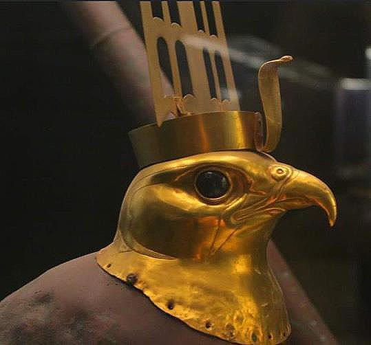 Голова сокола из золота